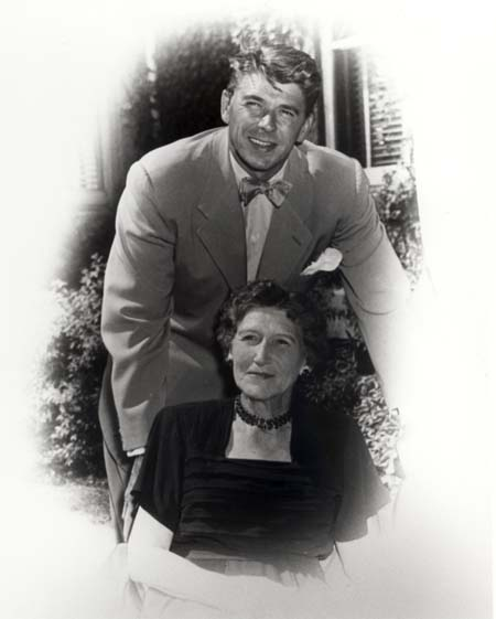 9)ronald-reagan-with mother, Walgreen estate, Dixon Ill 1950